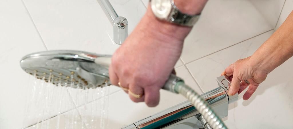 Filmpje: Een veilige badkamer, is dat niet een erg grote en dure verbouwing? - Lekker Blijven Wonen